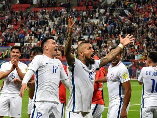 Vidal festeggia la finale coi compagni. Afp