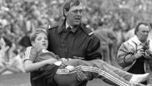 Un giovane tifoso ferito allo stadio dello Sheffield Wednesday  in quel tragico 15 aprile del 1989