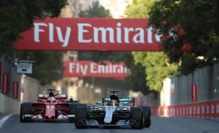 La Mercedes numero 44 di Lewis Hamilton, 32 anni, precede la Ferrari numero 5 di Sebastian Vettel, 29, pochi istanti dopo la collisione LAPRESSE