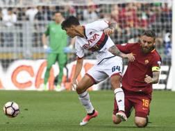 Pietro Pellegri contro De Rossi, all'ultima di serie A: il 16enne del Genoa segnò il suo primo gol in serie A. LaPresse