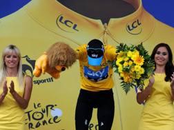 Miss sul podio al Tour de France. Afp