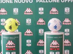 Il nuovo pallone della Serie B. LaPresse