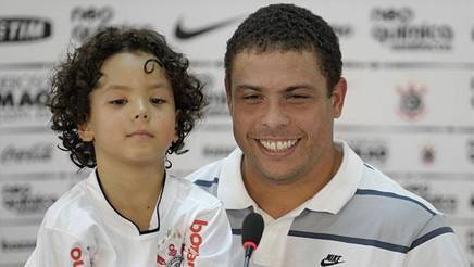 A sinistra Ronald Nazário de Lima, adesso 17enne, con il padre