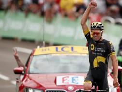 Il francese Lilian Calmejane sul traguardo. E sulla vettura della direzione di corsa fanno il segno V di vittoria (Reuters)