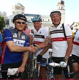 Giuseppe Saronni, 59 anni, e Francesco Moser, 66; in mezzo Gianni Motta, 74. Newspower
