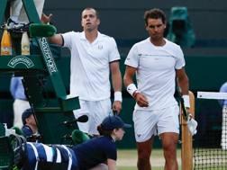 Gilles Muller (a sinistra) e Rafa Nadal all'uscita dal campo 1 di Wimbledon. AFP