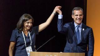 Anne Hidalgo ed Eric Garcetti hanno presentato oggi a Losanna i progetti per le candidature all'Olimpiade. Afp