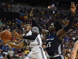 Kris Dunn dei Bulls contro Johnathan Motley dei Dallas Mavericks: per la squadra di Chicago è la seconda sconfitta di fila. Afp