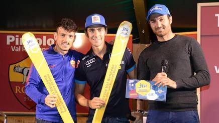 La 3Tre regala ad Alessandro Florenzi (sin) gli speciali sci giallorossi serigrafati 3Tre, consegnati da Stefano Gross e Paolo Pangrazzi. Bisti