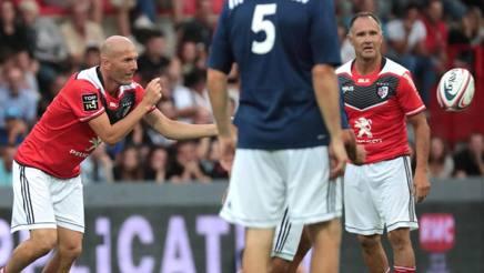 Zinedine Zidane alle prese con la palla ovale