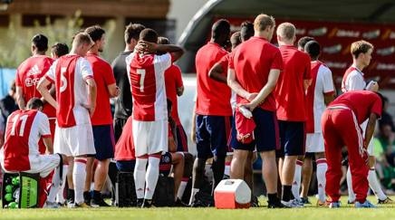 I giocatori dell'Ajax durante l'amichevole con il Werder Brema, assistono sconsolati ai soccorsi al compagno. LaPresse