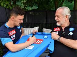 Mario Rui con il presidente del Napoli Aurelio De Laurentiis. Twitter