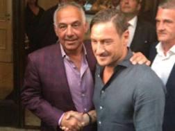 La stretta di mano tra il presidente Pallotta e Totti, al termine dell'incontro tra i due.