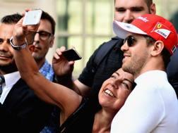 Una tifosa si fa un selfie con Vettel a Londra. Getty