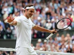 Roger Federer raccoglie gli applausi del pubblico di Wimbledon. Getty
