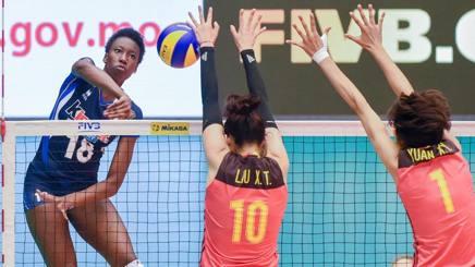 Paola Egonu, 18 anni, in attacco contro la Cina: l'azzurra ha chiuso con 21 punti FIVB.COM