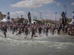 La partenza della gara di triathlon