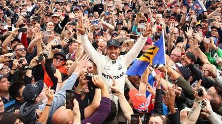 Lewis Hamilton in mezzo al pubblico di Silverstone. Ap