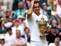 Roger Federer emozionato dopo il trionfo di Wimbledon. LaPresse