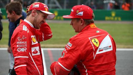 Un corrucciato Vettel a colloquio con Raikkonen. LaPresse