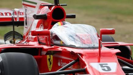 Vettel prova lo shield nella libere di Silverstone. LaPresse