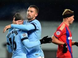 Kolarov abbraccia Aguero. Getty Images