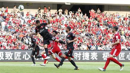 Il colpo di testa vincente di Cutrone, primo dei due gol segnati al Bayern Monaco. LaPresse