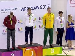 Jacopo Musso sul podio con l'oro nei 100 metri recupero e trascinamento manichino con pinne