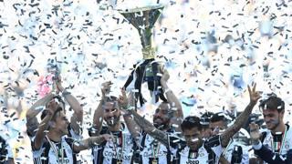 I giocatori della Juventus alzano il trofeo assegnato per la vittoria del campionato 2016-117. LaPresse