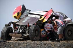 Sebastien Loeb soccorso dai medici dopo l'incidente nel SilkWay Rally 2017 AFP