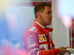 Sebastian Vettel ai box dell'Hungaroring. Getty