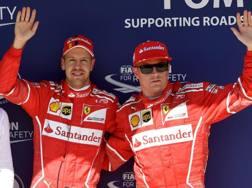 La gioia di Vettel e Raikkonen dopo le qualifiche in Ungheria. Afp
