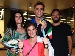 Gregorio Paltrinieri con i genitori Lorena e Luca e la fidanzata Letizia LAPRESSE