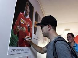Vettel firma il quadretto del vincitore 2017 in Ungheria. Epa