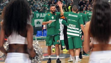 Antonis Fotsis saluta i compagni. Getty Images