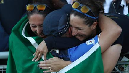 Gabriele Rossetti, stretto nell'abbraccio di Diana Bacosi (sin) e Chiara Caniero (destra) ai Giochi di Rio. Ap