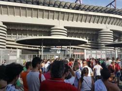 I tifosi pronti in attesa davanti a San Siro.