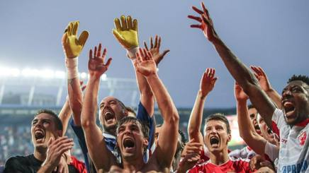 I giocatori della Stella Rossa festeggiano la vittoria sullo Sparta Praga di Stramaccioni. EPA