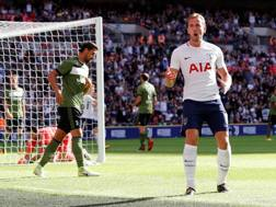 Harry Kane festeggia il primo gol del Tottenham. Reuters