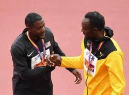 Il saluto tra Justin Gatlin e Usain Bolt dopo la premiazione ai Mondiali. Getty