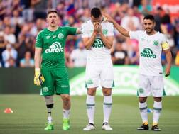 Follmann, Neto e Alan Ruschel durante l'omaggio del Camp Nou. Getty
