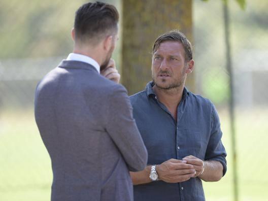 Francesco Totti con Morgan De Sanctis, team manager della Roma. Lapresse