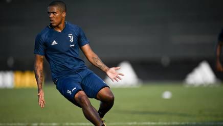 Douglas Costa in allenamento con la maglia della Juve a Vinovo.