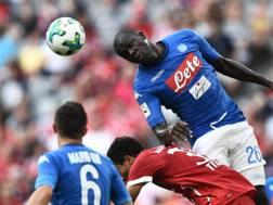 Koulibaly svetta di testa contro il Bayern Monaco.
