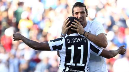 Gigi Buffon e Douglas Costa della Juve. Afp