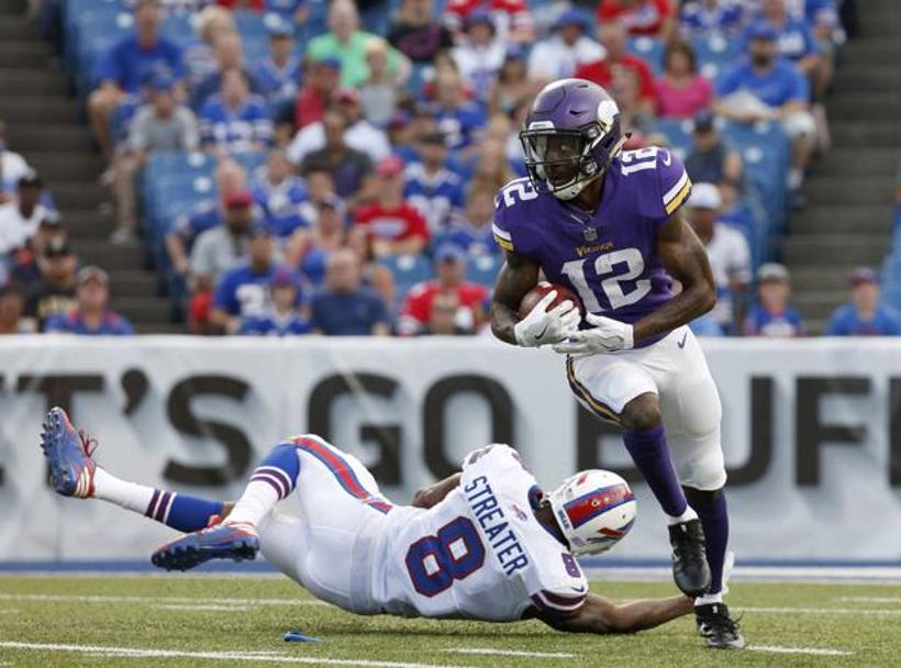 Orchard Park, (New York State): Rodney Adams, numero 12 dei Minnesota Vikings, sfugge al tentativo di placcaggio di Rod Streater, wide receiver dei Buffalo Bills (Reuters)
