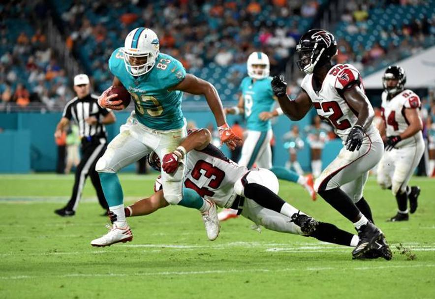 Miami (Florida): Thomas Duarte, tight end dei Miami Dolphins placcato da Jack Lynn linebacker degli Atlanta Hawks (Reuters)