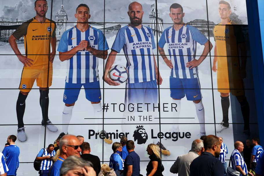 Riparte la Premier League 2017/2018. Spettatori fuori dallo stadio di Brighton (Getty Images)