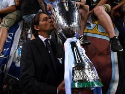 Simone Inzaghi, 41 anni, festeggia il successo baciando la Supercoppa. Reuters