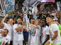 La festa dei giocatori della Lazio dopo il successo in Supercoppa. LaPresse